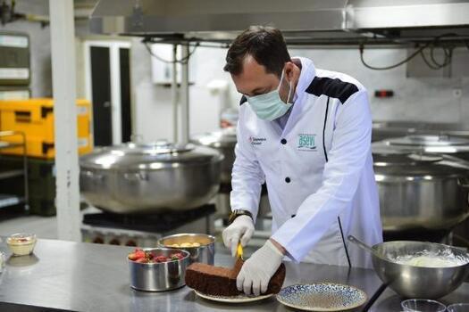 Süleymanpaşa belediye başkanı, çocuklara elleriyle çiğbörek ve tatlı hazırladı