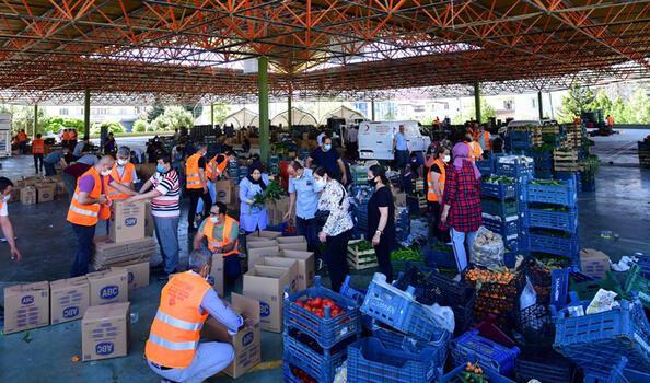 Gaziantep'te pazarcılardan alınan 100 ton meyve ve sebze halka dağıtılıyor