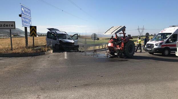 Gaziantep'te hafif ticari araçla traktör çarpıştı! Yaralılar var
