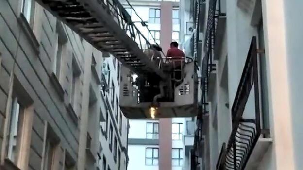 Kaçan topunu almak isteyen çocuk tırmandığı balkonda mahsur kaldı