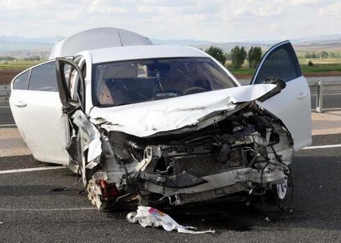 Kayseri'de lastiği patlayan otomobil takla attı: 2 yaralı