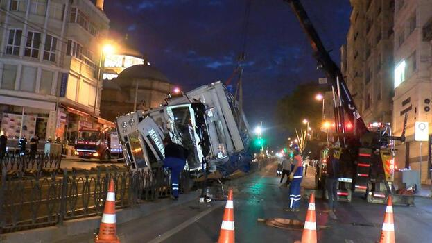 İstanbul'da kamyon tramvay yoluna devrildi! 1 kişi yaralandı