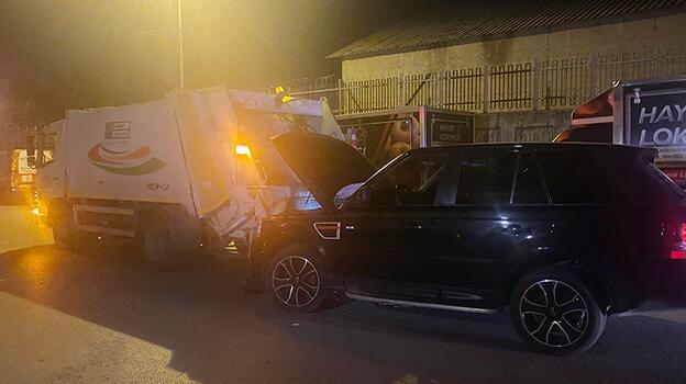Polisten kaçtıkları lüks ciple çöp kamyonuna çarptılar!