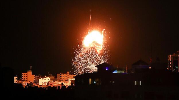 İsrail saldırdı, Gazze'de altı katlı bina yıkıldı