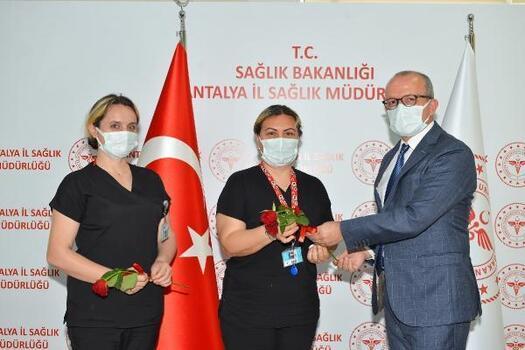 Sağlık Müdürü Hülür'den hemşirelere kırmızı gül