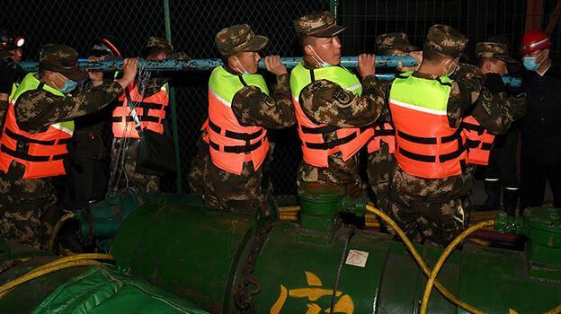 Su basan demir cevheri madeninde 13 işçi mahsur kaldı