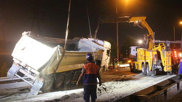 Kağıthane'de hafriyat kamyonu devrildi! Trafik durdu