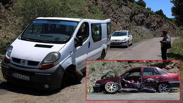 Sivas'ta otomobil ile minibüs çarpıştı: 4 yaralı