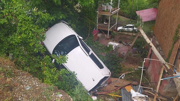 Kozan'da kontrolden çıkan otomobil evin bahçesine devrildi