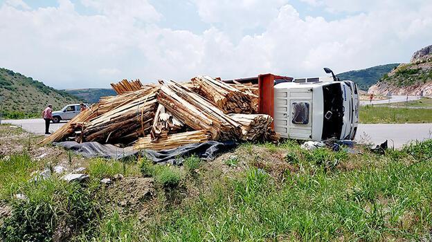 İnegöl'de devrilen kereste yüklü kamyonun sürücüsü yaralandı