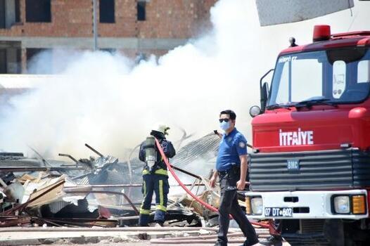 Eski festival çarşısında bu kez atıklar yandı