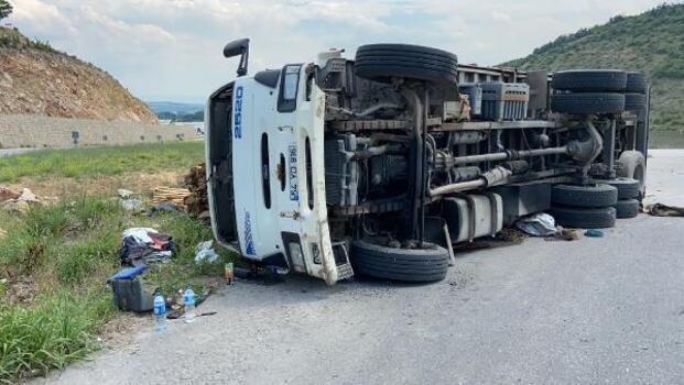 Kereste yüklü kamyon devrildi