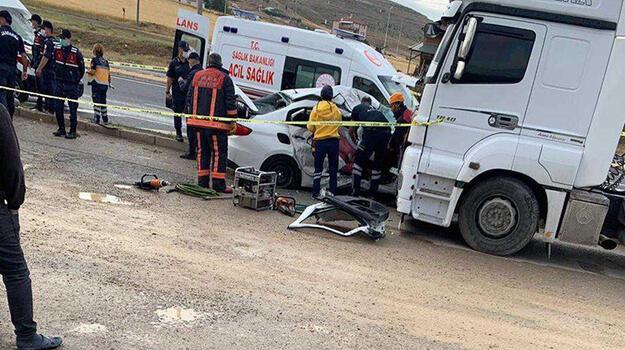 Kahreden kaza! Otomobildeki anne ile oğlu öldü, baba ve kızı yaralı