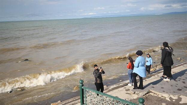 Denizin rengi değişti! Sahile gelenler fark etti
