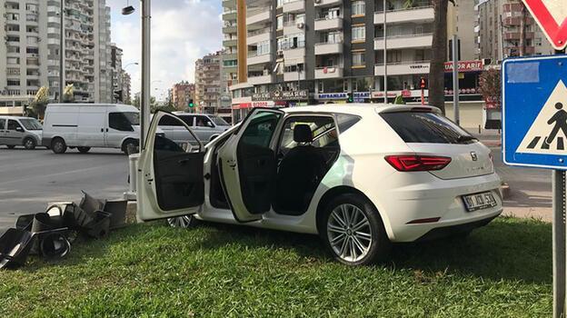 Adana'da otomobil sinyalizasyon direğine çarptı: 4 yaralı