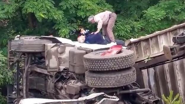 Bursa'da feci kaza! Sürücü bariyerleri yıkan TIR'ın içinde sıkıştı