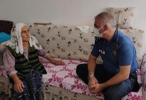 Evde rahatsızlanan kadına, dut ikramı için gelen polisler yardım etti