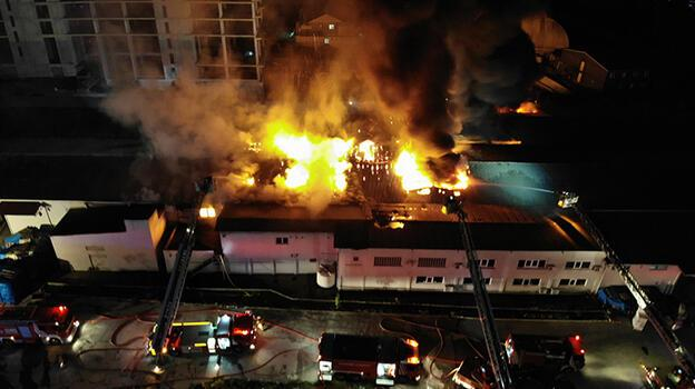 Küçükçekmece'de fabrika yangını! Alevler gökyünüzü aydınlattı