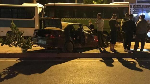 Düğün konvoyundaki otomobil park halindeki 3 araca çarptı