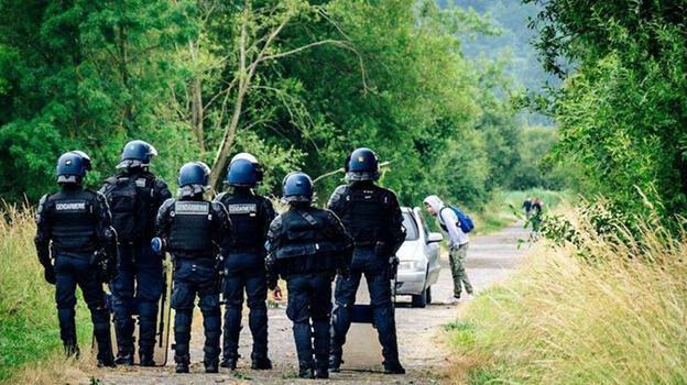 Bin 500 kişilik partiyi polis bastı! Bir kişi elini kaybetti
