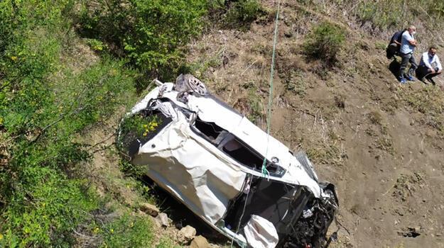 Otomobil 90 metrelik uçuruma yuvarlandı! 2 ölü, 2 yaralı