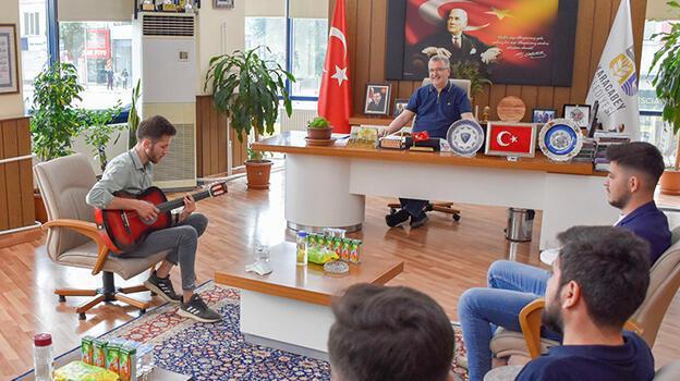 Cumhurbaşkanı Erdoğan için yaptığı şarkının geliştirilmesi için Emre'ye destek
