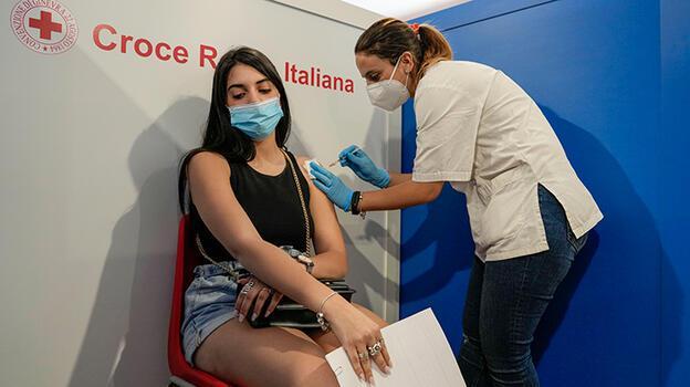Covid: İtalya'da hükümetin 'kokteyl aşı' kararı tartışma yarattı