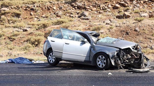 Diyarbakır'da tuğla yüklü kamyon ile otomobil çarpıştı: 2 ölü, 3 yaralı