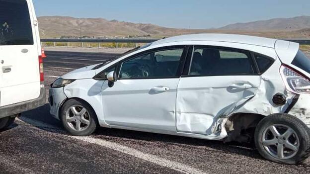 Minibüs ile otomobilin çarpışması sonucu 3 kişi yaralandı