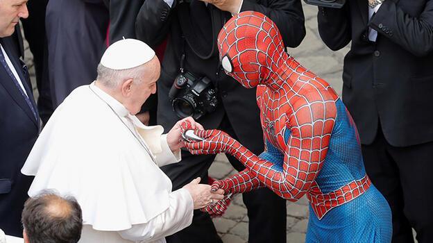 Dünya bu kareleri konuşuyor! Bir anda Papa'nın önünü kesti...