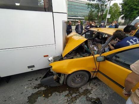 Servis midibüsüne çarpan otomobilin sürücüsü yaralandı