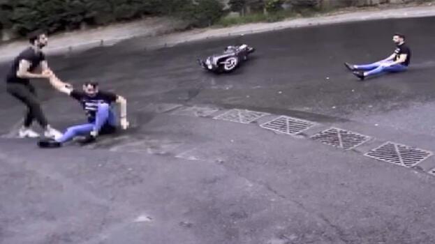 Bir  garip kaza! Oturur halde kayarak geldi, elinden tutup kaldırdı
