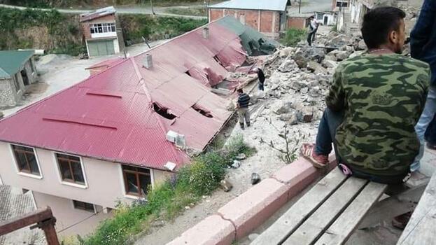 Yol çalışmasında dinamit patlatıldı; belediye binası ile bir ev hasar gördü