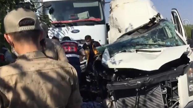 Son dakika! Elazığ'da düğün minibüsü park halindeki kamyona çarptı! Ölüler ver yaralılar var
