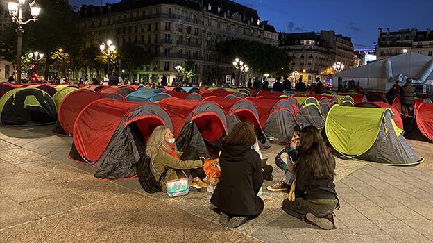 Paris'te 'acil barınma' isteyen göçmenler kamp kurdu