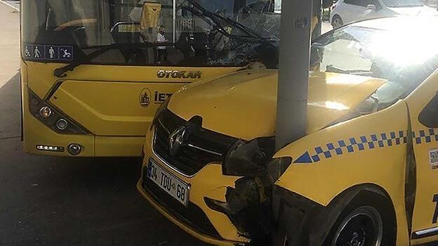 Kağıthane'de zincirleme kazada otobüsle taksi direğe çarparak durabildi
