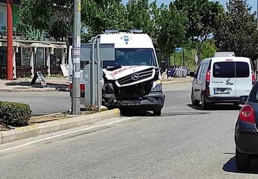Tur minibüsü ile ambulans çarpıştı