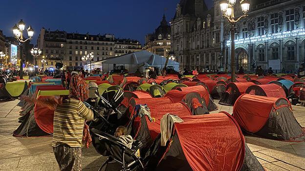 Paris Belediyesi önünde çadır kuran göçmenler tahliye edildi