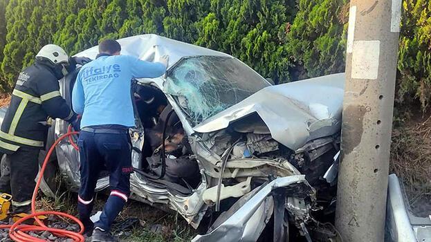 Trenin çarptığı kamyonet, elektrik direğine çarptı; sürücü öldü