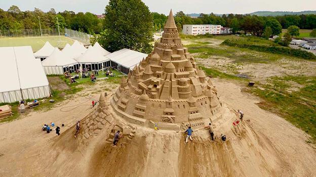 Dünyanın en uzun kumdan kalesi inşa edildi!