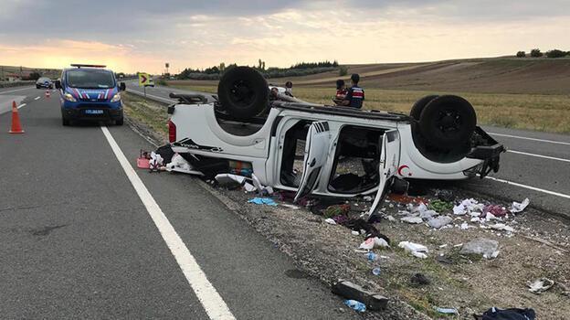 Kırıkkale'de kamyonet refüje devrildi: 4 yaralı