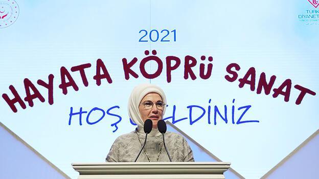 Emine Erdoğan, devlet korumasındaki çocukların hazırladığı tiyatro gösterisini izledi
