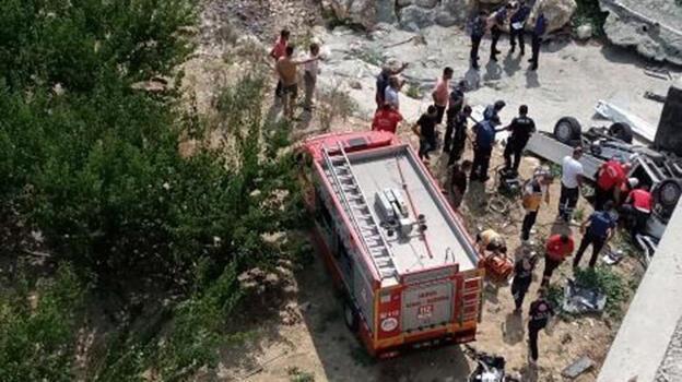Korkunç kaza! Kamyonet köprüden uçtu