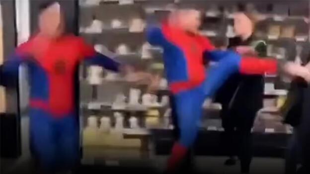 Örümcek Adam markette dehşet saçtı!