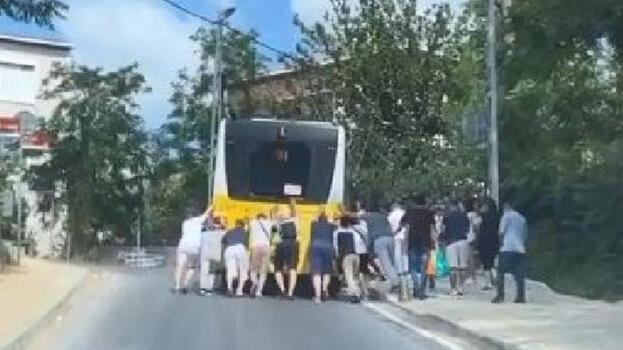 Sarıyer'de arıza yapan İETT otobüsünü yolcular itti