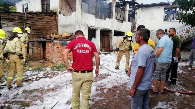 Korkutan yangın! 2 katlı ev kullanılamaz hale geldi