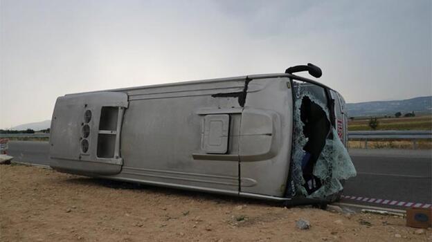 Otomobille çarpışan midibüs devrildi: 5 yaralı