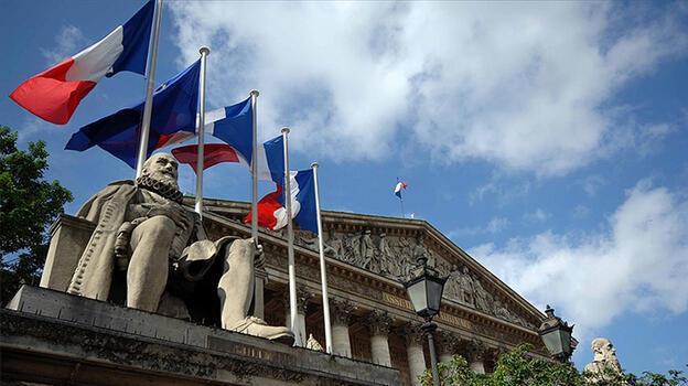 Fransa'daki yasaya tepkiler sürüyor