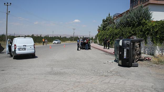 Sivas'ta 2 hafif ticari araç çarpıştı: 3 yaralı
