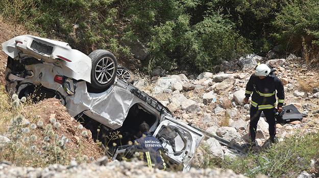 15 metre yükseklikten uçan otomobildeki doktor çift yaralandı